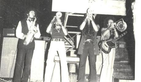 Deddy Stanzah bersama the Rollies bermain bass dan meniup trombone