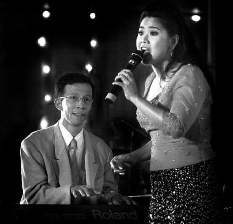 Aryono Hubojo Djati mengiringi Vina Panduwinta menyanyikan Burung Camar (Foto Dhita)