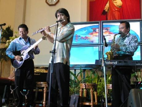 R.Tonny Suwandi bermain saxophone bersama Didiek SSS (flute) dan Ireng Maulana (gitar) (Foto Lambertus L Hurek)