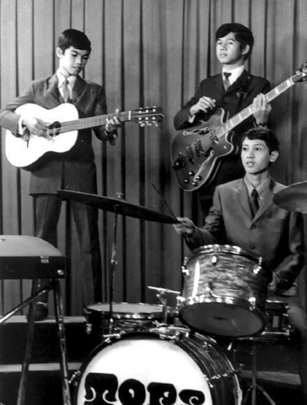 Tops di TVRI tahun 1969 Didi Achmadi (drums),Firzy Noor (vokal,gitar akustik) dan Harry Noor (bass)