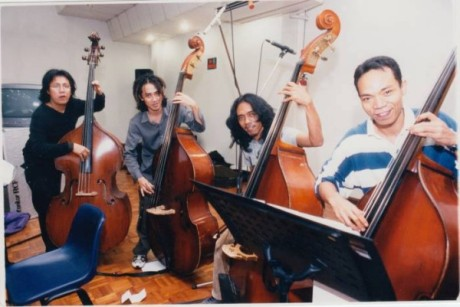 Yudhi Grass Rock bersama 4 pemain bass lintas genre terbaik Indonesia, dari kiri Erwin Gutawa,Thomas Ramdhan (GIGI) Yudhi Grass Rock dan Indro Hardjodikoro (Foto Tagor Siagian/Lassak)