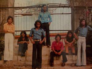 D'Lloyd band pop di era 70an.Almarhum Chairoel Daud berdiri paling depan